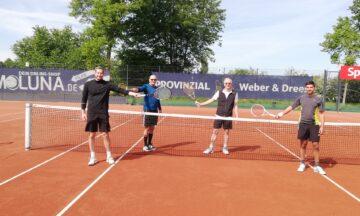 Tennisspieler machen den Auftakt